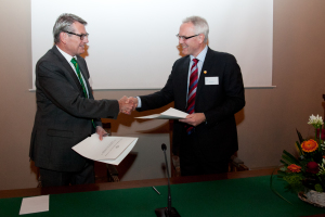 In 2013 the Academy's secretary general, Øyvind Andersen, and Bård Krokan, chairman of the VISTA board, signed a new 5-year contract that contributes NOK 20 million annually to petroleum related basic research. Photo: Eirik F. Baardsen